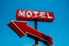 Annata, neon, segno rosso dell'hotel con una freccia rossa Fotografia Stock