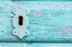 Annata, porta di legno della pittura rustica del turchese con la serratura e keyhol immagini stock libere da diritti