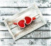 Annata rossa a forma di cuore di giorno di biglietti di S. Valentino della bevanda del tè delle tazze Fotografia Stock