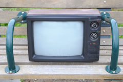 Annata TV su un banco Immagini Stock