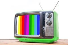 Annata verde TV sulla tavola di legno Fotografia Stock Libera da Diritti