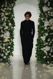 Anne Barge camina la pista en la demostración nupcial de la colección de Anne Barge Fall 2014 imagen de archivo libre de regalías