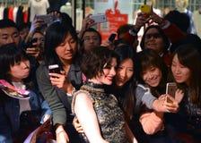 Anne Hathaway poserar med fans Royaltyfri Fotografi