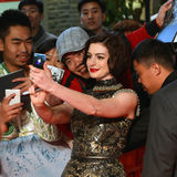 Anne Hathaway poses for selfie with fans Stock Photo
