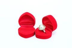 Anneau argenté avec la perle et diamants dans la boîte rouge de velours Photo stock