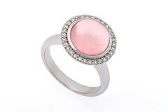 Anneau argenté avec la pierre précieuse et les diamants roses Photos libres de droits