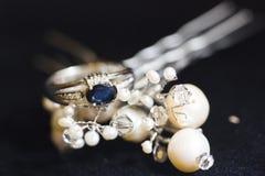 Anneau argenté d'engagement avec des fausses pierres bleu-foncé d'anf de saphir et de perles Image libre de droits