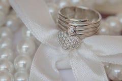 Anneau avec des dimonds dans un shap de coeur Images stock