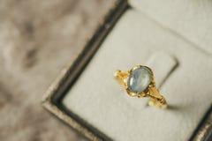 Anneau bleu de saphir de bijoux d'or de vintage dans la boîte à bijoux photos libres de droits