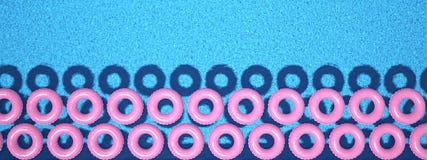 Anneau coloré de bain dans la piscine rendu 3d Photo libre de droits