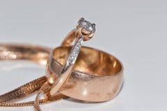 Anneau d'or élégant fin avec la chaîne de diamant et d'or Photos libres de droits