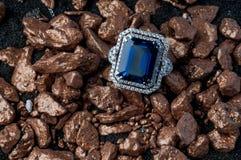Anneau d'or avec la gemme images stock