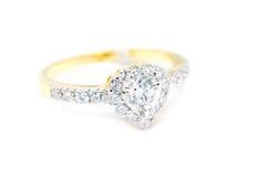 Anneau d'or avec le diamant sur la forme de coeur d'isolement Image libre de droits