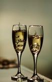 Anneau d'or dans la fin de champagne  Photographie stock