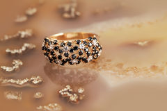 Anneau d'or de bijoux avec des brilliants Images libres de droits