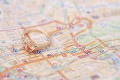 Anneau d'or de luxe sur le fond de carte Photo libre de droits