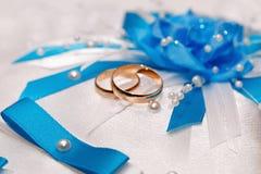 Anneau d'or de mariage, décorations pour une célébration images stock