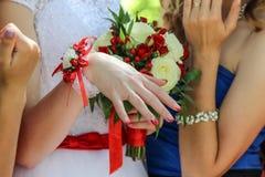 Anneau d'or de mariage sur le doigt de la jeune mariée, jour du mariage Photos stock