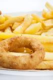 Anneau d'oignon frit avec des pommes frites dans le plat Photos libres de droits