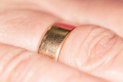 Anneau d'or sur son doigt Photographie stock libre de droits