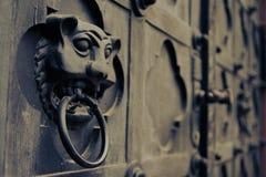 Anneau d'une porte d'église photos libres de droits