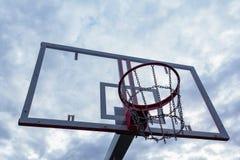 Anneau de basket-ball avec une maille en métal avec un agai transparent de bouclier photo stock