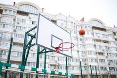 Anneau de basket-ball sur le fond des gratte-ciel Photographie stock