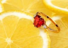 Anneau de bijoux avec de grandes gemmes sur le fond de citron, COM horizontale Images stock