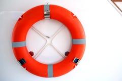 Anneau de bouée de sauvetage à bord du bateau, une fin  Photographie stock libre de droits