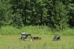 Anneau de feu de camp avec des bancs Photo stock