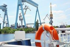 Anneau de flottaison à bord du navire photographie stock libre de droits