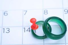Anneau de jade sur le calendrier au jour du ` s de valentine, concept de l'amour Photographie stock libre de droits