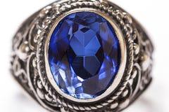 Anneau de luxe avec le saphir bleu d'isolement sur le fond blanc Images libres de droits