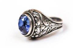 Anneau de luxe avec le saphir bleu sur le fond blanc Images stock