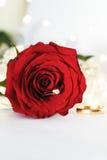 Anneau de mariage avec le diamant et les fleurs roses Photographie stock