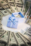 Anneau de mariage dans la boîte bleue avec les dollars américains Images libres de droits