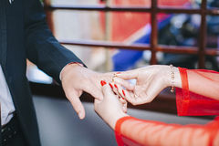 Anneau de mariage de port photo libre de droits