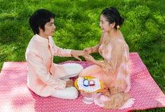 Anneau de mariage de port nuptiale thaïlandais asiatique Photo libre de droits