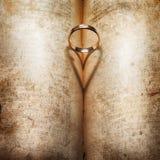 Anneau de mariage et ombre en forme de coeur Images libres de droits