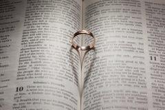 Anneau de mariage et ombre en forme de coeur Images stock