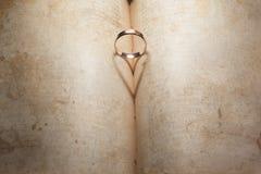 Anneau de mariage et ombre en forme de coeur Photographie stock
