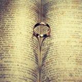 Anneau de mariage et ombre en forme de coeur Photo stock