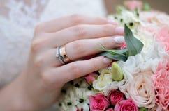 Anneau de mariage sur la main de la jeune mariée Photographie stock libre de droits