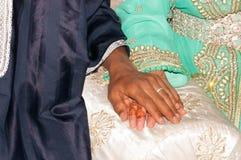 Anneau de mariage sur la main de jeune mariée au Maroc Photos stock