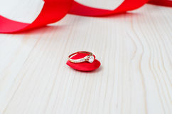 Anneau de mariage sur le coeur rouge Photo libre de droits