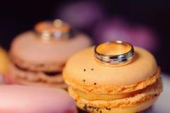 Anneau de mariage sur Macaron Photographie stock