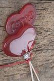 Anneau de noces de diamant et sucreries en forme de coeur Images libres de droits