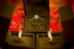 Anneau de noces de diamant dans la boîte noire de luxe Boucle de mariage Photographie stock