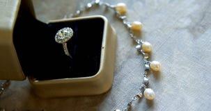 Anneau de noces de diamant et collier 4k de perle banque de vidéos