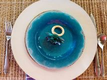 Anneau de serviette de fleur de plat bleu Images stock